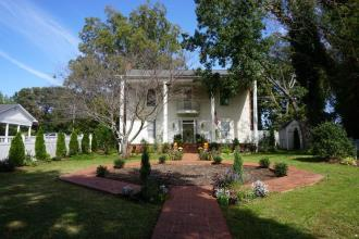 Historic Colonial B&B - Near TIEC