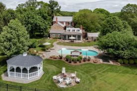 Twin Chimneys: Farm with barn and pool and 3 bedroom guest house